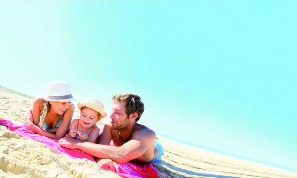 ludzie na plaży olejek przeciwsłoneczny