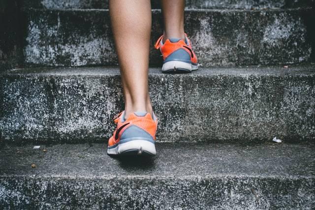 biegacz schody kwas hialuronowy